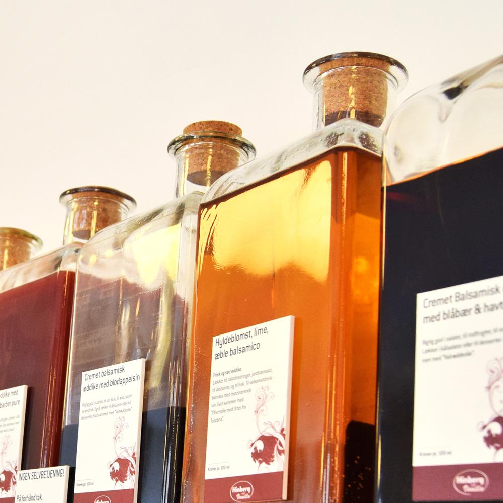 Flasker med de smukke balsamiske eddiker, som du kan købe og få smagsprøver på i Det Gamle Apothek, Christiansfeld.