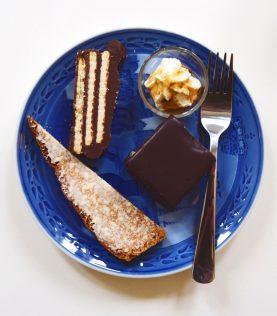Sommer-kagetallerkenen består af abrikos-snitte, smurt honningbrød og kiksekage. Du får kaffe ad libitum med din kagetallerken.