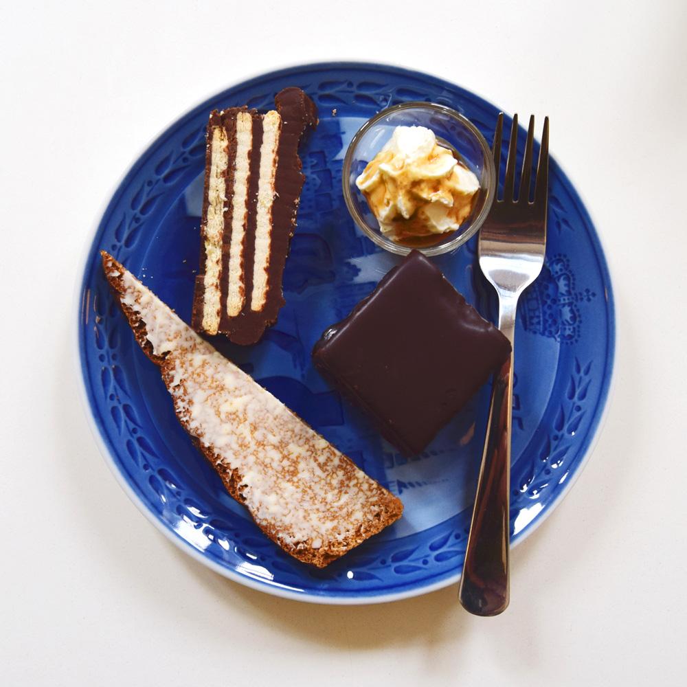 Eksempler på dagens kage: abrikos-snitte, smurt honningbrød og kiksekage. Du får kaffe ad libitum med din kagetallerken.