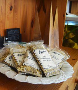 Poser med fransk tørret lakrids-te til salg i Det Gamle Apothek, Christiansfeld