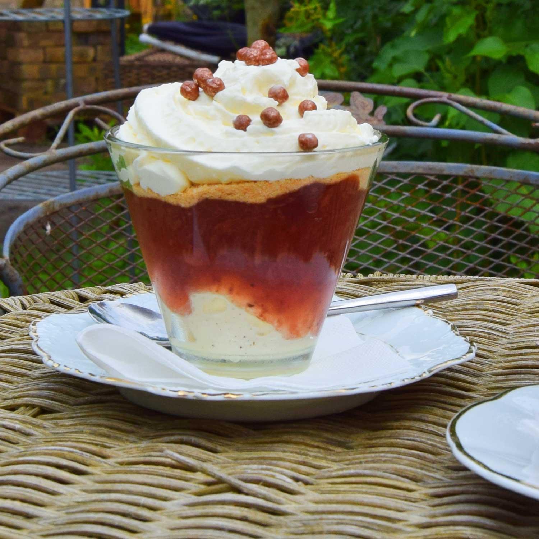 Apothekets Jordbærdrøm. En mumset omgang af vanillecreme, jordbærkompot, makroner og flødeskum.