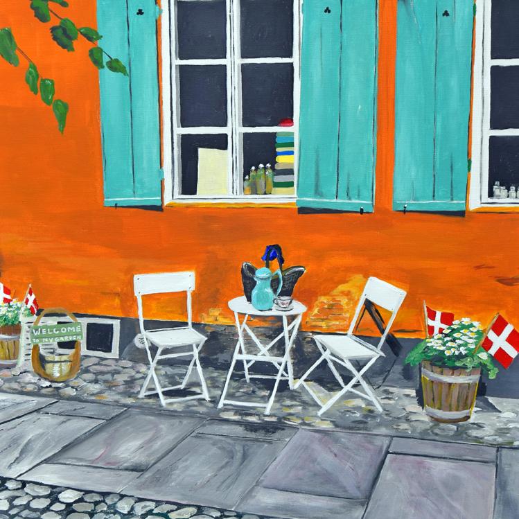 Vi har købt et maleri af vores farvestærke facade, som blev malet under vinfestivalen 2017. Man genkender vinduerne med de turkise skodder, den okkerfarvede mur og den særlige pigstensbelægning, som findes flere steder i det historiske Christiansfeld