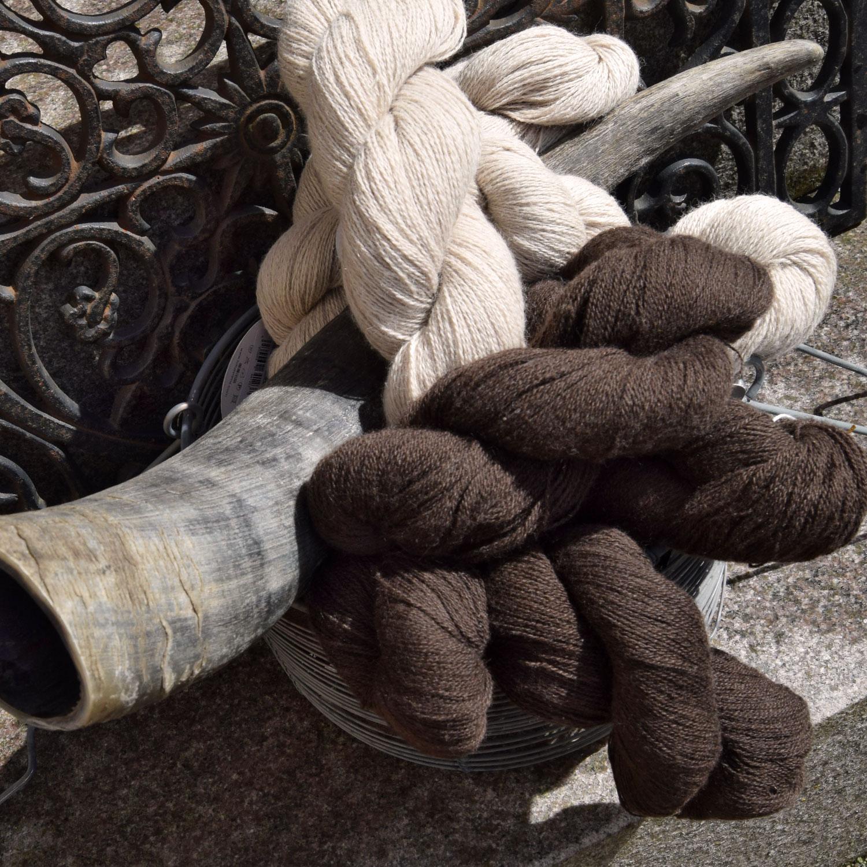 100% Yakokse. Garn skabt af pels fra tibetansk yakokse. Blødt, meleret og rustikt i udtrykket.
