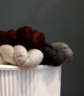 Super blødt og uendeligt smukt Mink-uld fra firmaet Lotus. Ses her i to farver grå samt natur og okseblodrød.