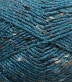 Petrol Tweed er en meleret uldgarn i petroleumsblå med grå og natur nuancer.