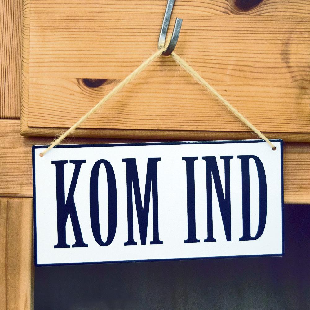 """Skilt med teksten """"Kom ind"""""""