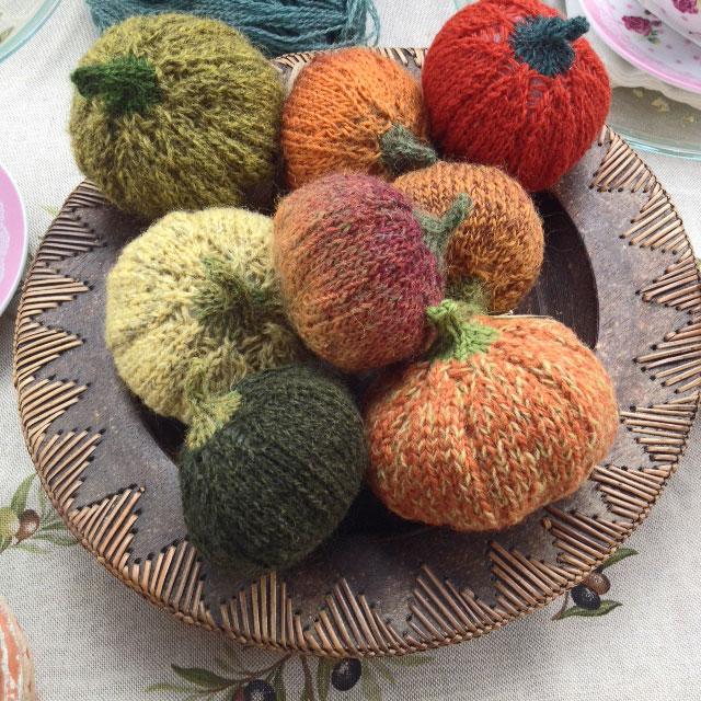 Strikkede græskar i efterårsfarver