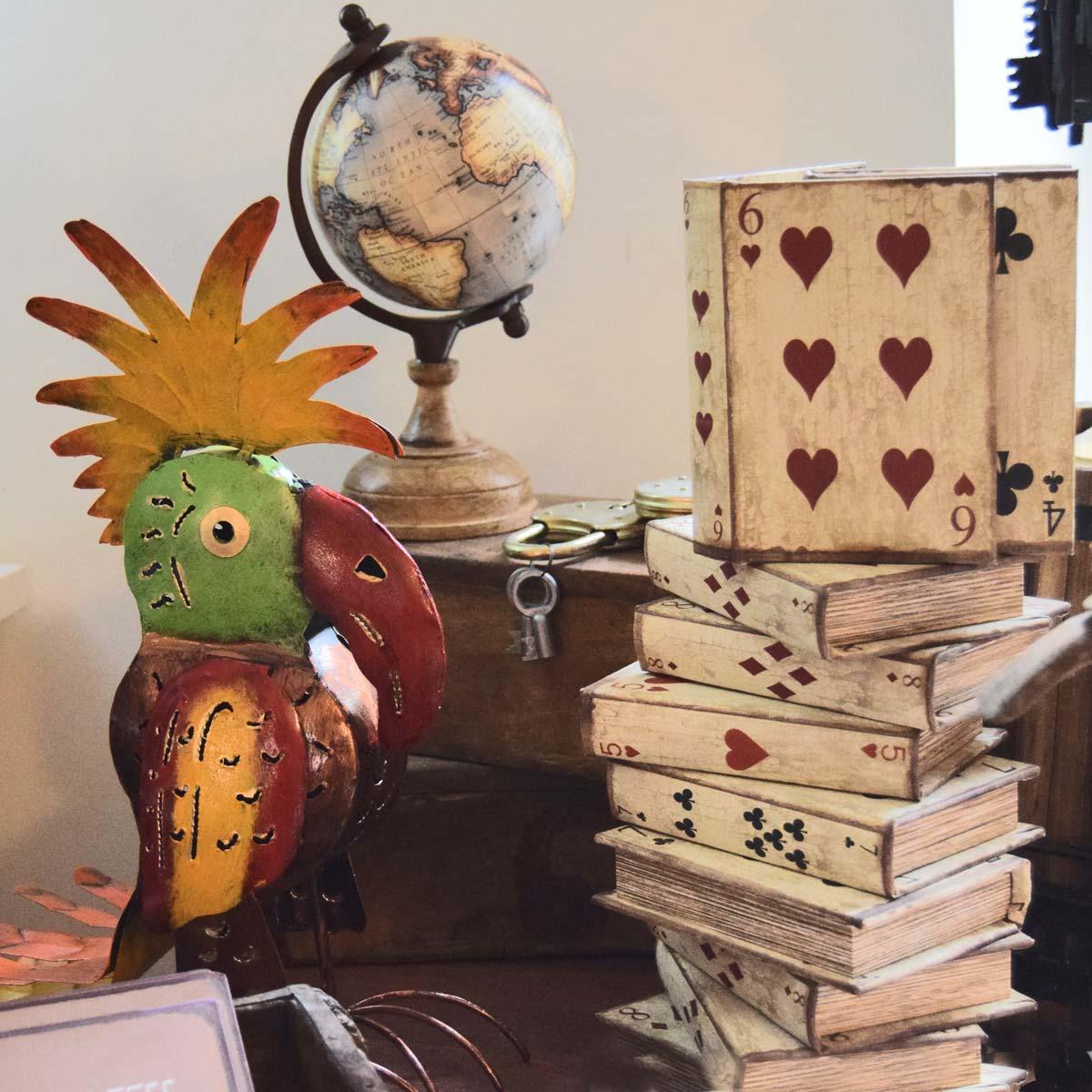 Papegøje i metal og træ-æsker til spillekort eller andet.